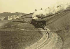 Ein Personenzug ist nach 1900 mit Volldampf nach der Ruckhaldekurve bergwärts in Richtung Riethüsli unterwegs. (Bild: Stadtarchiv der Ortsbürgergemeinde St.Gallen)
