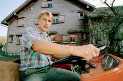 Fahrt mit dem Traktor auf dem Bauernhof seiner Familie in Ebnat-Kappel, aufgenommen im Herbst 1995. (Bild: Keystone)