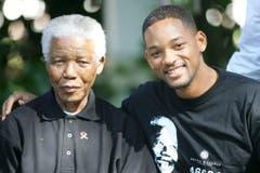 Schauspieler Will Smith posiert zusammen mit Nelson Mandela im Vorfeld eines Aids-Benefiz-Konzerts in Südafrika. (Bild: Keystone)