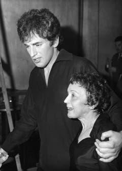 Damals ein Skandal: Am 26. Juli 1962 gab Edith Piaf ihre Verlobung mit dem 20 Jahre jüngeren Sänger Théo Sarapo (eigentlich Théophanis Lamboukas) bekannt. (Bild: Keystone)