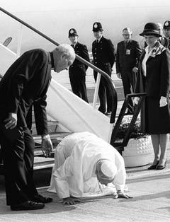 Papst Johannes Paul der II. küsst den Boden von Ländern, die er zum ersten Mal bereist - hier im Jahr 1982 am Gatwick Flughafen in London. (Bild: Keystone)