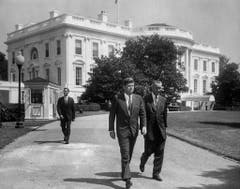 John F. Kennedy (links) mit Vice Präsident Lyndon B. Johnson vor dem Weissen Haus. (Bild: Keystone)