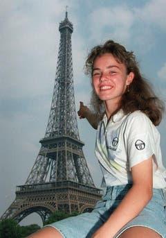 Martina Hingis zeigt lachend auf den Eiffelturm; schliesslich gewann sie auch das Juniorinnen-Turnier beim French Open 1993 und wiederholte diesen Erfolg ein Jahr später. (Bild: Keystone)