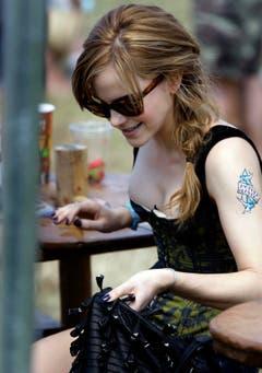 25. Juni 2010: Emma Watson am Glastonbury Festival mit einem temporären Tattoo. (Bild: Keystone)
