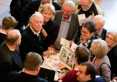 Bandleader James Last (4. von links) schreibt am 15. April 2009 im Rathaus in Bremen Autogramme für Fans. Rechts neben ihm seine Frau Christine. Er wurde mit der Senatsmedaille für Kunst und Wissenschaft ausgezeichnet. (Bild: Keystone)