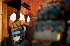Der Toggenburger Roland Bischof macht die Glocken bereit. (Bild: Urs Bucher)