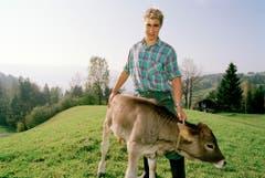 Toni Brunner zeigt Tierliebe. (Bild: Keystone)