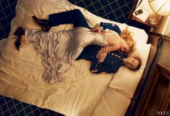 Auch Hochglanzmagazine sind vor Bearbeitungsfehlern nicht gefeit. In der Vogue-Ausgabe von August 2013 räkelt sich Schauspielerin Claire Danes elegant auf dem Bett. Doch wo steckt ihr rechtes Bein? (Bild: Vogue)