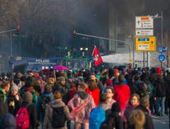 Demonstranten vor dem EZB-Gebäude in Frankfurt. (Bild: Keystone)