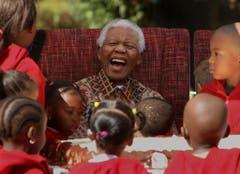 Umringt von Kindern feiert Nelson Mandela seinen 89. Geburtstag (2007). (Bild: Keystone)