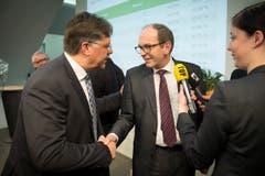 Herbert Huser (links) gratuliert Bruno Damann zu dessen Wahlsieg. (Bild: Urs Bucher)