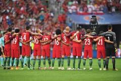 Die portugiesische Fussballmannschaft gedenkt zu Beginn den Opfern des Terroranschlags in Istanbul. (Bild: Keystone)
