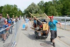 Mit Sack und Pack (und Hochsitz?) über die Brücke im Sittertobel. (Bild: Luca Linder)