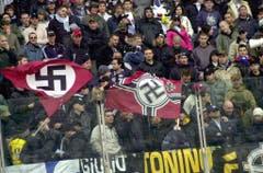 Hakenkreuze im Stadion: Blick in die Fankurve von Lazio Rom beim Match vom April 2005 gegen Livorno. (Bild: Keystone)