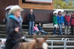 Die Zuschauer beobachten den Cowboy in der Arena. (Bild: Michel Canonica)
