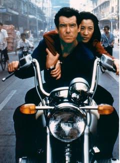 Michelle Yeoh braust als chinesische Spionin Wai Lin mit James Bond in «Goldeneye» (1997) davon. (Bild: Keystone)
