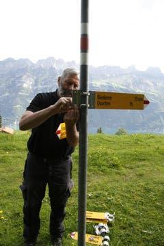 Sind die Alten weg, montiert Marthy die Neuen. Diese Arbeit fällt ihm in der idyllischen Alpenlandschaft leicht. (Bild: Jolanda Riedener)