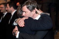 Udo Jürgens' Sohn John wird getröstet. (Bild: Keystone)