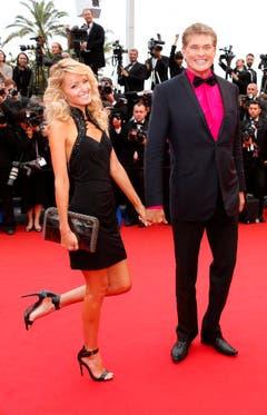 Gang über den roten Teppich: David Hasselhoff und seine Partnerin Hayley Roberts an den Filmfestspielen von Cannes im Jahr 2013. (Bild: Keystone)