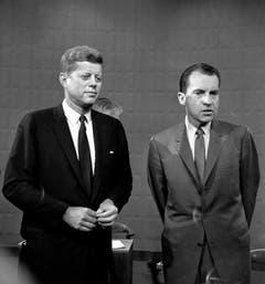 Senator John Fitzgerald Kennedy (links) und der damalige Vicepräsident Richard Nixon posieren am 26. September 1960 vor ihrer gemeinsamen Fernsehdebatte während der Präsidentschaftswahlen. (Bild: Keystone)