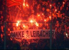 Hommage an einen Attentäter: Fans des Schlittschuhclubs Bern huldigen im März 2004 beim Auswärtsspiel in Zug Friedrich Leibacher. Dieser hatte drei Jahre zuvor 14 Politiker in Zug erschossen. (Bild: Keystone)