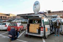 Ein TV-Übertragungswagen steht vor dem Kantonsspital in Münsterlingen, wo Udo Jürgens am Sonntag verstarb. (Bild: Keystone)