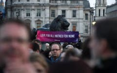 epa05866586 Londoners dislplay a banner during a vigil in Trafalgar Square in London, Britain, 23 March 2017. Thousands of Londoners gather in Trafalgar Square to remember the people killed in the London terror attack on 22 March 2017. Scotland Yard in Britain said on 23 March 2017 that police have made seven arrests in raids carried out over night after the terror attack in the Westminster Palace grounds and on Westminster Bridge on 22 March 2017 leaving at least four people dead, including the attacker, and 29 people injured. EPA/FACUNDO ARRIZABALAGA (Bild: Keystone)