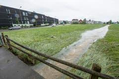 Rossrüti: Der Krebsbach trat über die Ufer. (Bild: Hanspeter Schiess)