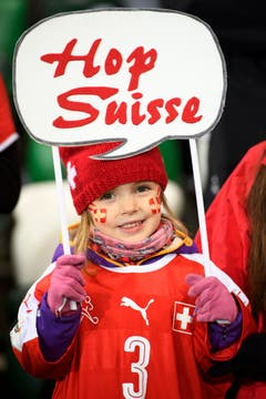 Die Schweizer Fans sind in Belfast parat für die Partie gegen Nordirland. (Bild: Laurent Gilliéron / Keystone)
