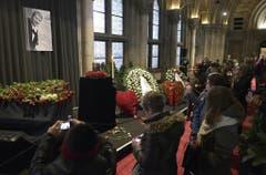Die Menschen nahmen die Gedenkstätte in Wien mit ihren Smartphones auf. (Bild: Keystone)