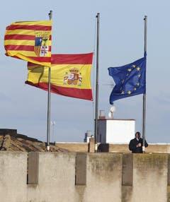 Auch die spanische und die europäische Flagge wurden auf Halbmast gesetzt. (Bild: Keystone)