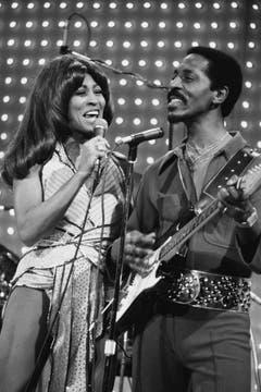 Führten eine von Problemen und Gewalttätigkeiten geprägte Beziehung: Ike und Tina Turner. (Bild: Keystone)