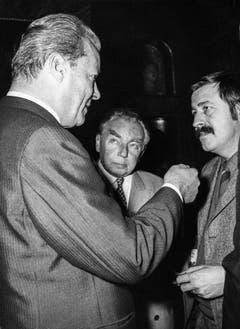 Bundeskanzler Willy Brandt unterhält sich 1970 mit den Schriftstellern Erich Kästner und Günter Grass. (Bild: Keystone)