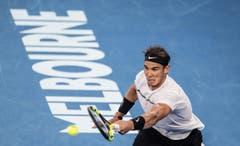 epa05758513 Rafael Nadal of Spain in action against Roger Federer of Switzerland during their Men's Singles final match at the Australian Open Grand Slam tennis tournament in Melbourne, Victoria, Australia, 29 January 2017. EPA/FILIP SINGER (Bild: Keystone)