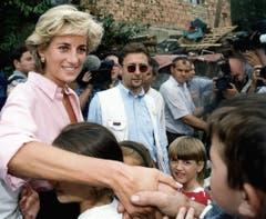 Prinzessin Diana jugendliche Minenopfer während ihres Besuches in Bosnien aus Anlass ihres Engagements für ein globales Verbot von Landminen. (Bild: Keystone (Sarajevo, 10. August 1997))