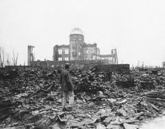 Ein Kriegskorrespondent der Allierten steht inmitten der Trümmer von Hiroshima. (Bild: Keystone)