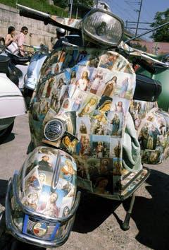 Heiliger geht's kaum: Dieses Gefährt war ein Objekte der Begierde an einem Vespa-Treffen im zürcherischen Meilen. (Bild: Keystone)