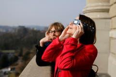 Die St.Galler SP-Nationalraetin Claudia Friedl verfolgt das Naturspektakel. (Bild: Keystone)