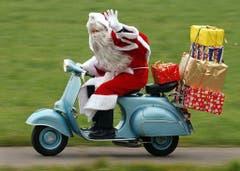 Nicht nur für den Osterhasen, auch für den Nikolaus scheint die Vespa ein gutes Fortbewegungsmittel zu sein. (Bild: Keystone)