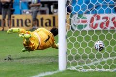 Frankreich-Goalie Hugo Lloris kann den Freistoss von Blerim Dzemaili nicht halten. (Bild: Keystone)