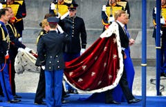 König Willem-Alexander trägt den Königsmantel, Königin Maxima trägt ein königsblaues Kleid. (Bild: Keystone)