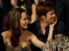 Aller Unkenrufe zum Trotz hält die Beziehung zu Angelina Jolie, hier 2008 bei einer Preisverleihung in Los Angeles. (Bild: Keystone)