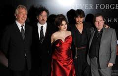 """Eine illustre Truppe: Alan Rickman, Tim Burton, Helena Bonham Carter, Johnny Depp und Timothy Spall an der Premiere von """"Sweeney Todd - Der teuflische Barbier aus der Fleet Street"""" im Jahr 2008. (Bild: Keystone)"""