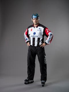 Disziplinarstrafe und Spieldauerdisziplinarstrafe (IIHF-Regeln 107 und 109): Eine Disziplinarstrafe bedeutet zehn Minuten der Spielzeit, allerdings ist ein sofortiger Ersatz der Spieleranzahl auf dem Eis erlaubt. Eine Spieldauer-Disziplinarstrafe erfordert, dass sich der bestrafte Spieler oder Teamoffizielle unmittelbar in die Kabine begeben muss. Der Spieler kann sofort auf dem Eis ersetzt werden. Beide Hände werden an der Hüfte platziert. (Bild: Keystone)