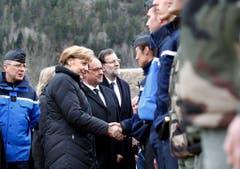 Die deutsche Kanzlerin Angela Merkel, der französische Präsident Francois Hollande und der spanische Premierminister Mariano Rajoy reisten nach Le Vernet um mit den Rettungskräften zu sprechen. (Bild: Keystone)