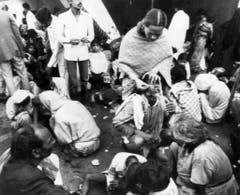 Vom entwichenen Gas verätzt, werden die Einwohner Bhopals medizinisch notversorgt. Viele von ihnen werden erblinden. (Bild: Keystone)