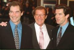 Drei 007-Agenten vereint: Timothy Dalton (links), Roger Moore (Mitte) und Pierce Brosnan während einer Premiere 1994. (Bild: Keystone)