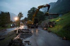 Aufräumarbeiten nach den Erdrutschen in Schwendi. (Bild: Keystone)