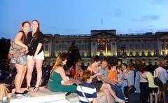 Freude in Grossbritannien: Zahlreiche Menschen feiern vor dem Buckingham Palace die Geburt des kleinen Prinzen. (Bild: Keystone)