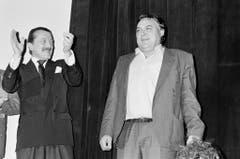 """Gnädinger bekommt bei der Pressekonferenz zu """"Leo Sonnyboy"""" Applaus vom Musiker Dieter Meier. (Bild: Keystone)"""
